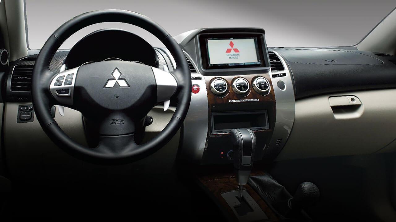 xe Mitsubishi Pajero Sport nội thất tiện nghi