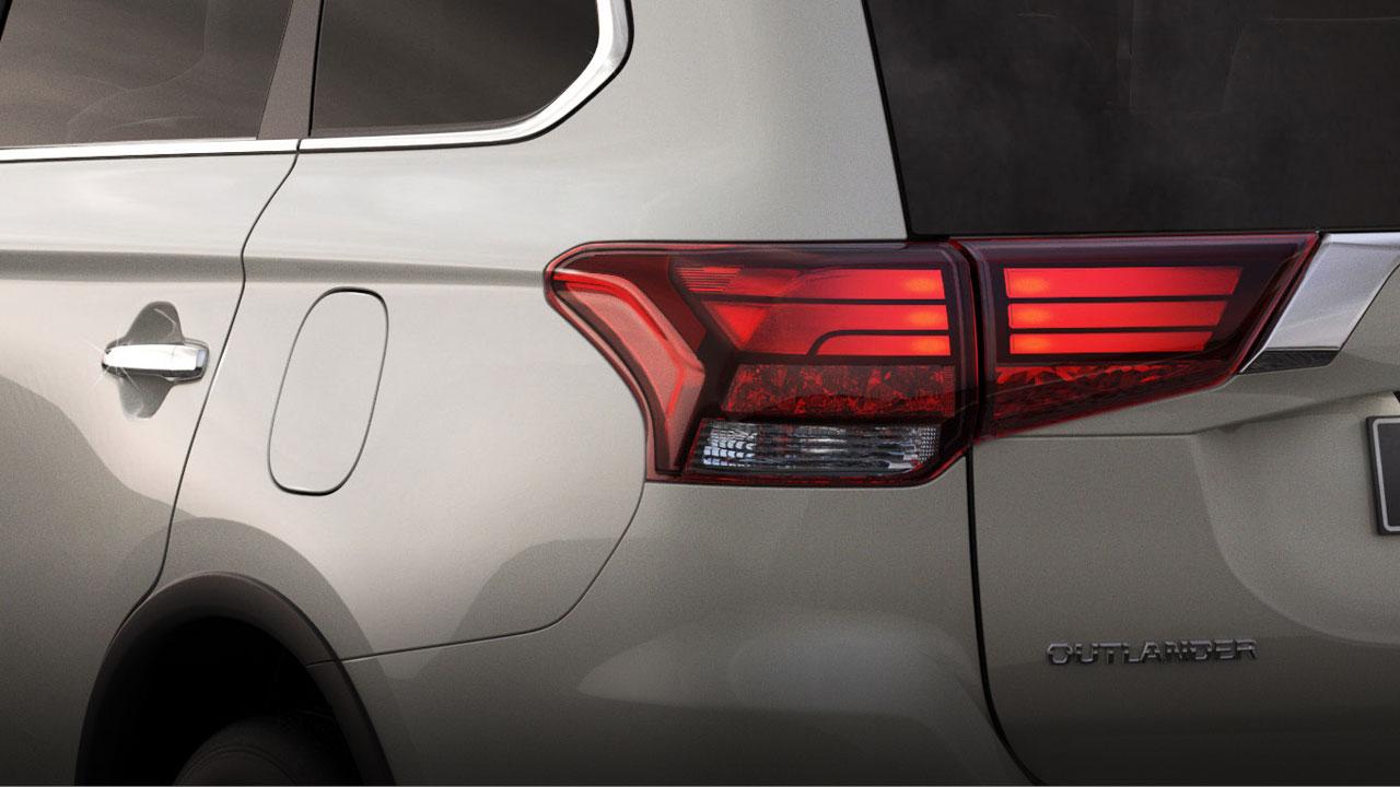 Mitsubishi outlander 2 cầu 7 chỗ 2.4 cvt có cả đèn ở phía sau xe