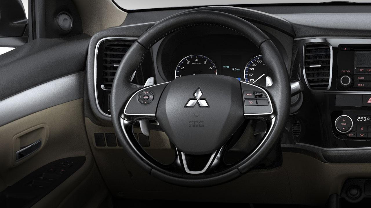 Mitsubishi outlander 2 cầu 7 chỗ 2.4 cvt có vô lăng thiết kế thể thao, sang trọng