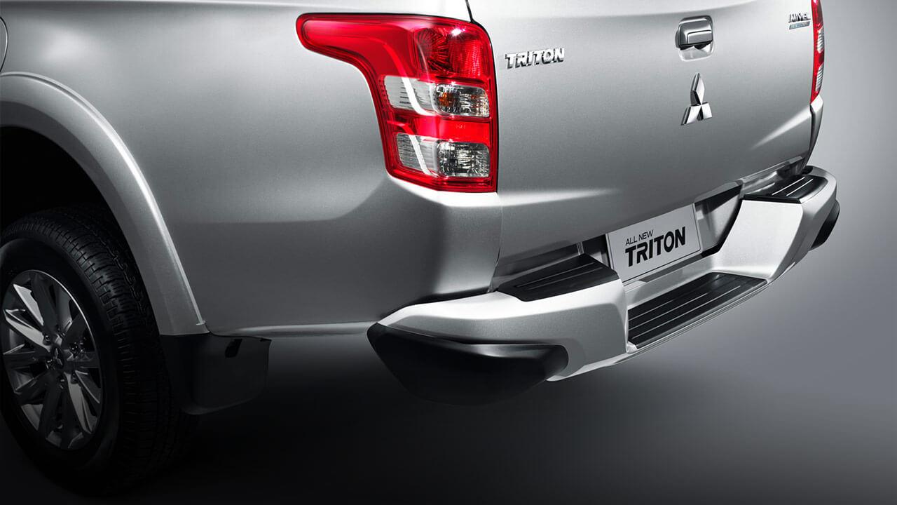 Mitsubishi triton số tự động 2 cầu trang bị với cản sau hiện đại