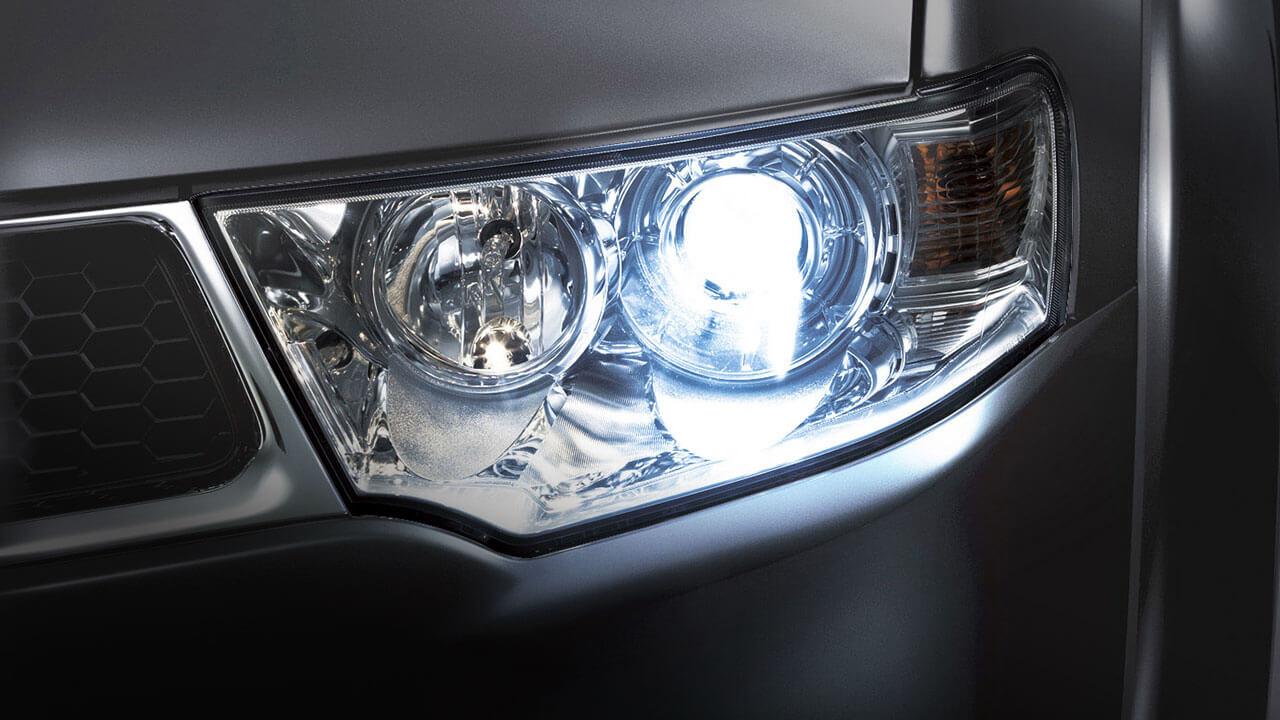 Xe Mitsubishi Pajero Sport máy xăng số tự động trang bị đèn HID dạng thấu kính