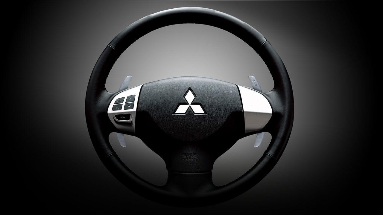 Xe Mitsubishi Pajero Sport máy xăng số tự động trang bị vô lăng 3 chấu bọc da
