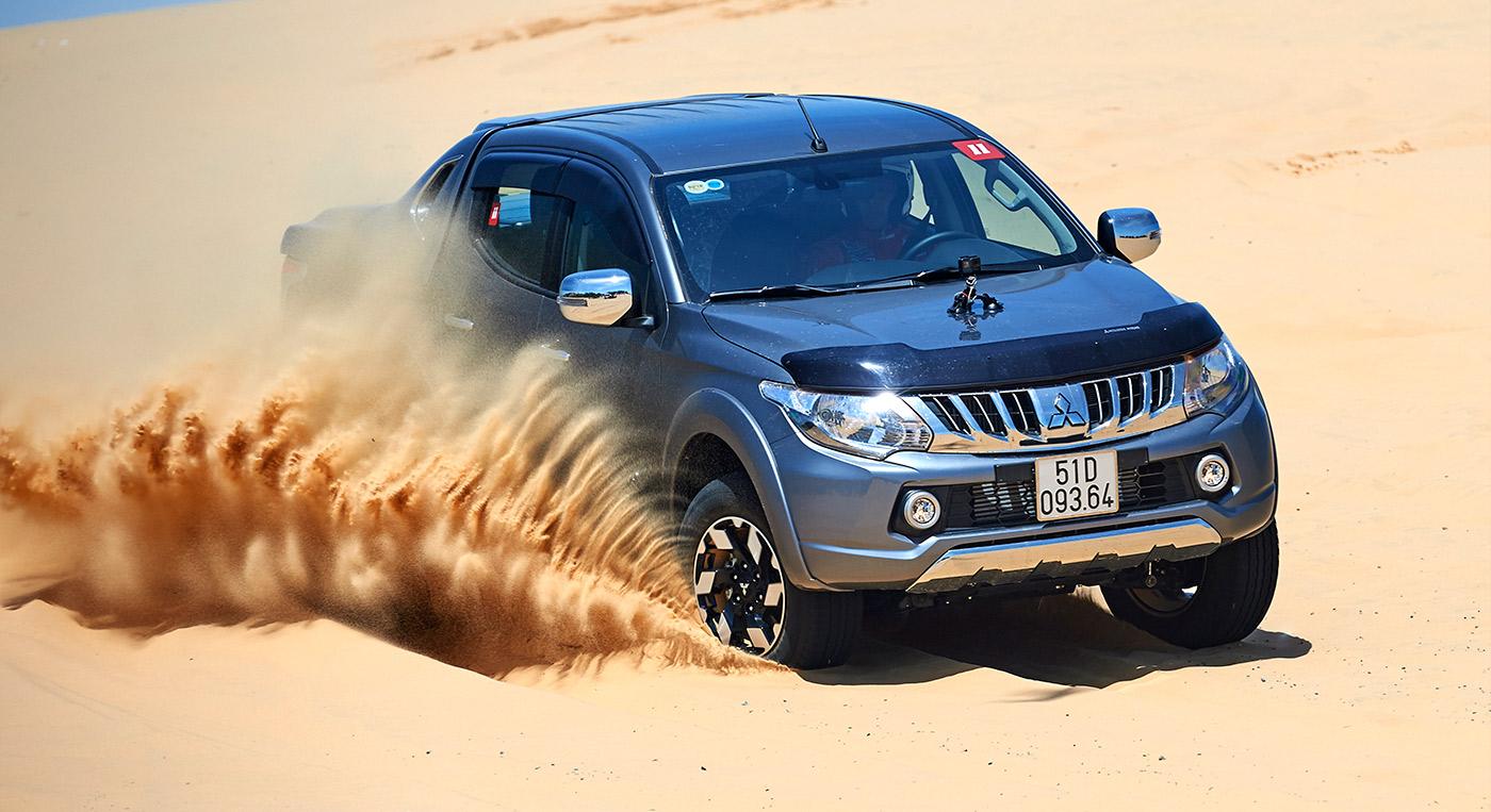 Mitsubishi Triton MIVEC 2 cầu vận hành trên cát