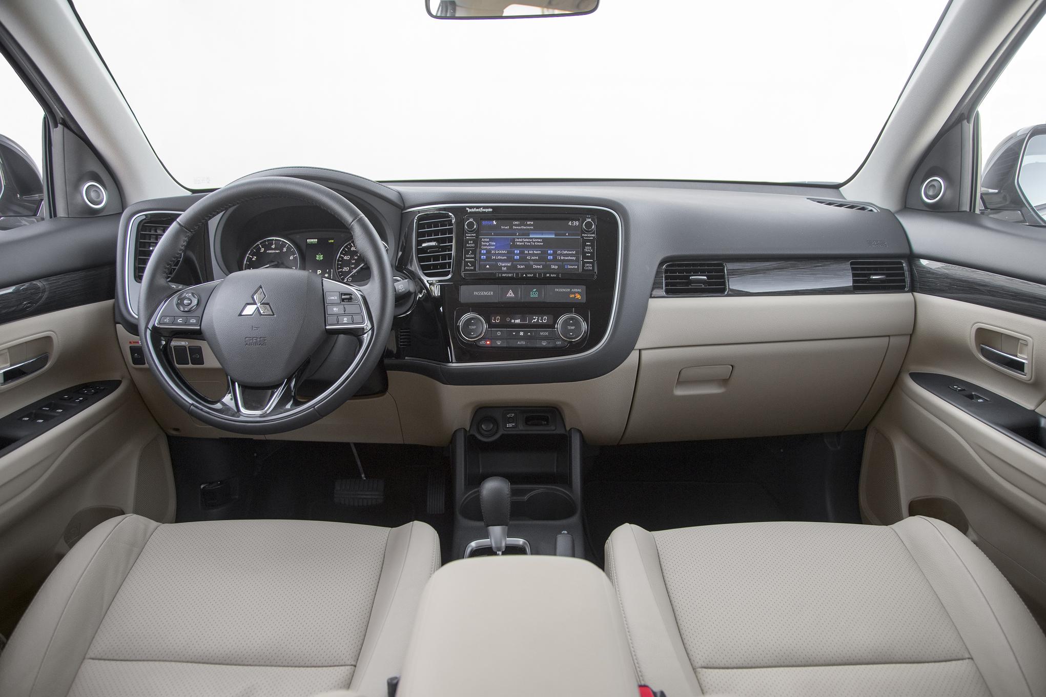 Xe Mitsubishi OutLander 2017 nội thất rộng rãi