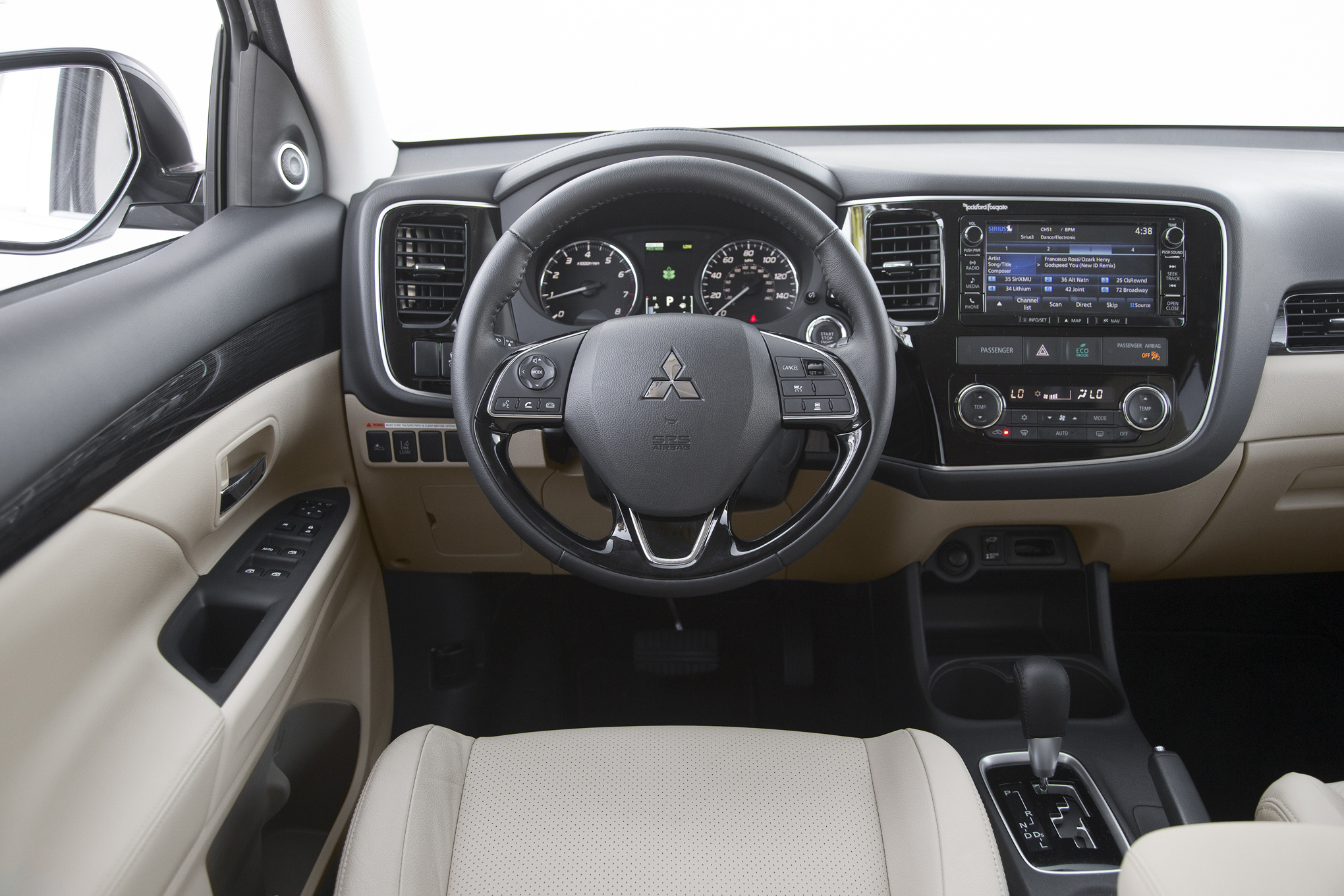 Mitsubishi OutLander 2017 nội thất khá tiện nghi