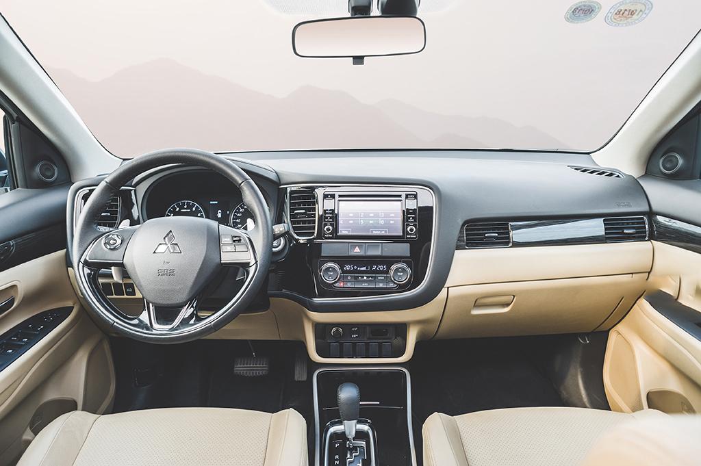 đánh giá xe Mitsubishi Outlander 2017 nội thất