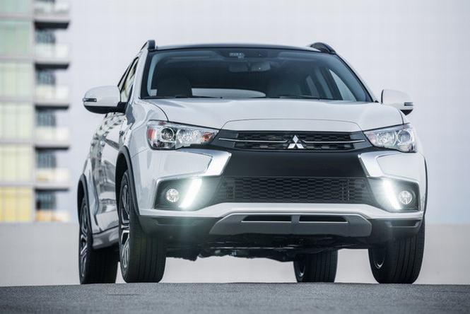 Mitsubishi Outlander sport 2018 trang bị đen LED ban ngày