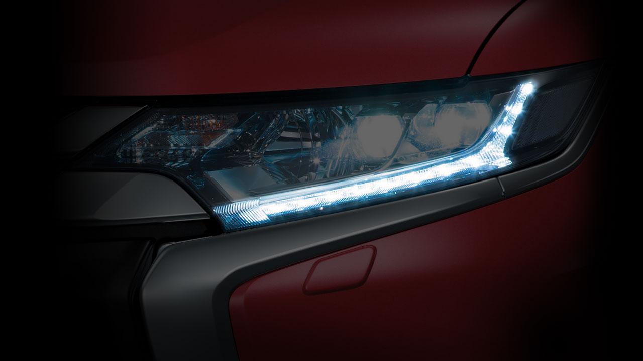 Mitsubishi outlander 2 cầu 7 chỗ 2.4 cvt trang bị công nghệ đèn LED ban ngày.