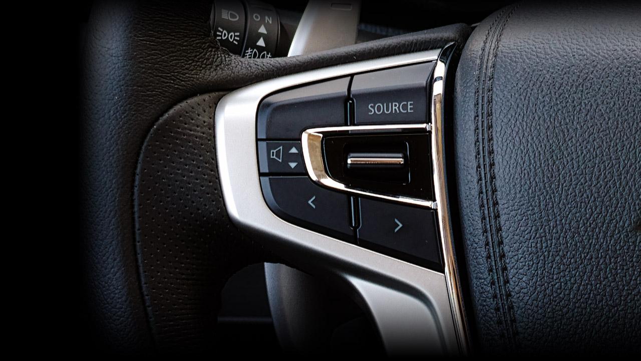 Mitsubishi triton số tự động 2 cầu còn được trang bị nút điểu khiển am thanh trên vô lăng