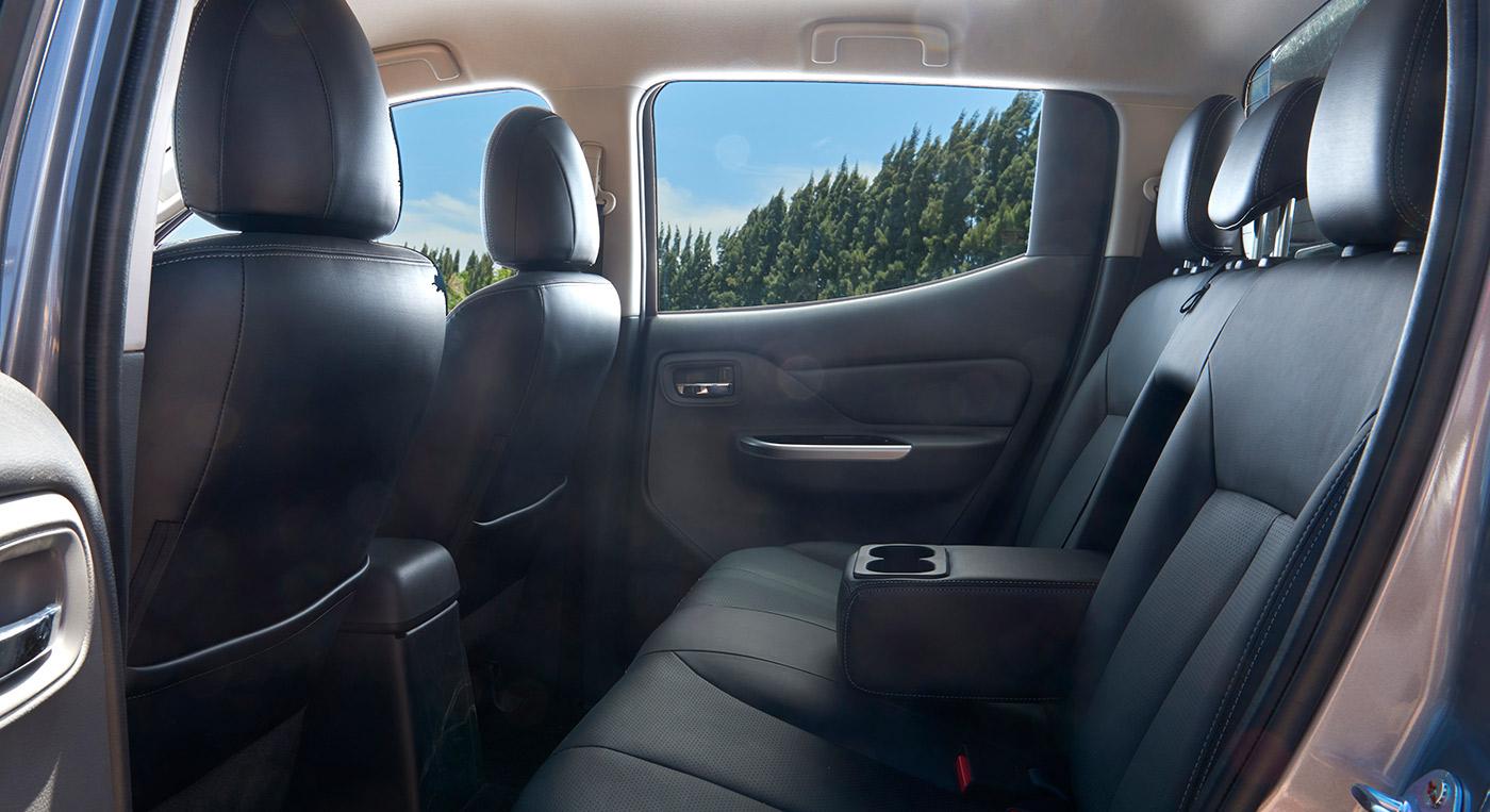 Mitsubishi Triton MIVEC 2 cầu hàng ghế sau rộng